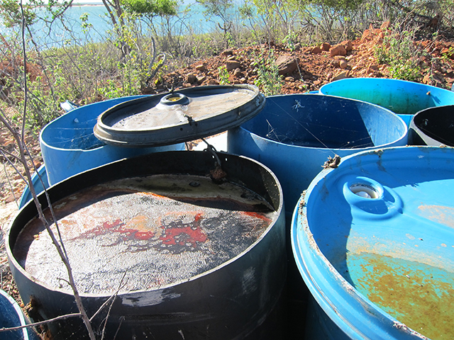Em uma das Ilhas do Lago, encontra-se recipientes com vestígios de peixes dissolvidos com algum produto químico. Foto: Renata Bessi