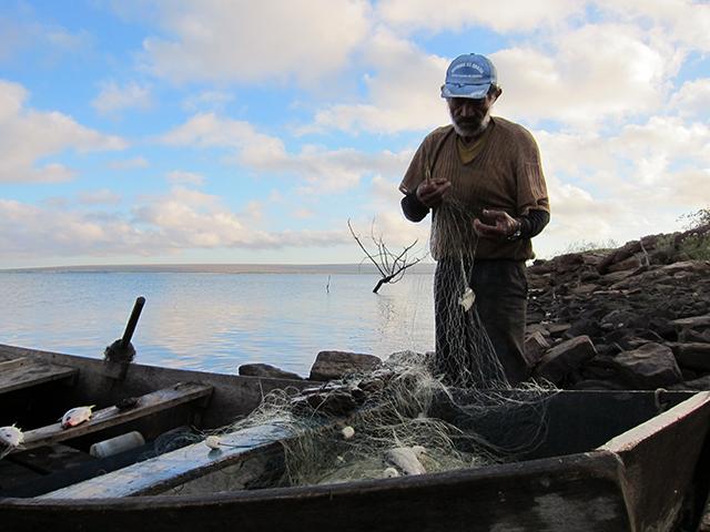 7.limpando peixe