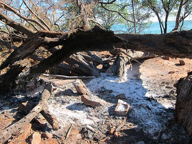 """Funcionários da AAT International Ltd., empresa de aquicultura brasileira, foram enviados para destruir este """"rancho"""", um lugar onde os pescadores tradicionalmente guardam seus materiais. Foto: Renata Bessi"""