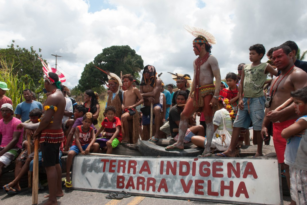 Militares entrenados por la CIA utilizaron napalm contra indígenas en Brasil