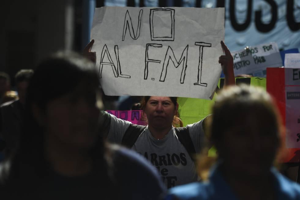 Miles de manifestantes marchan contra el FMI en Argentina – Internacionales