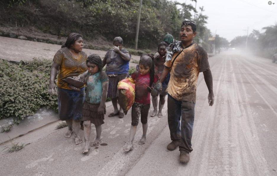 Miles de personas son evacuadas en Guatemala tras explosión del Volcán de Fuego