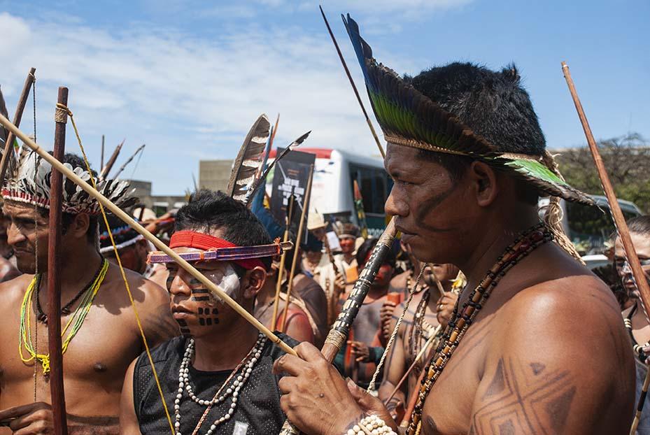 Bolsonaro arremete contra pueblos originarios de Brasil en su 1er día de gobierno