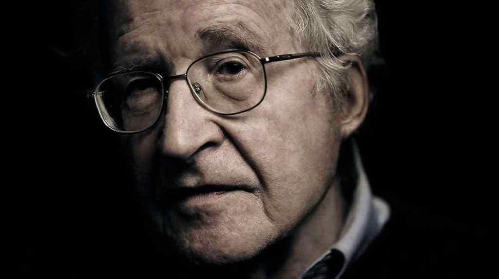 """Ellos entendieron que era más sencillo crear consumidores que someter a esclavos"", Chomsky"