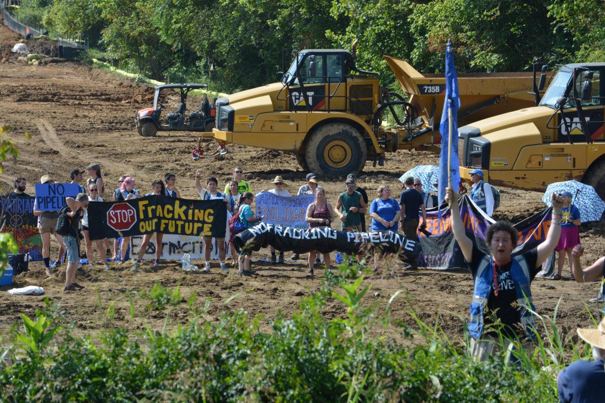EEUU: Docenas de personas bloquean la construcción del gasoducto en Mountain Valley, tres son arrestadas
