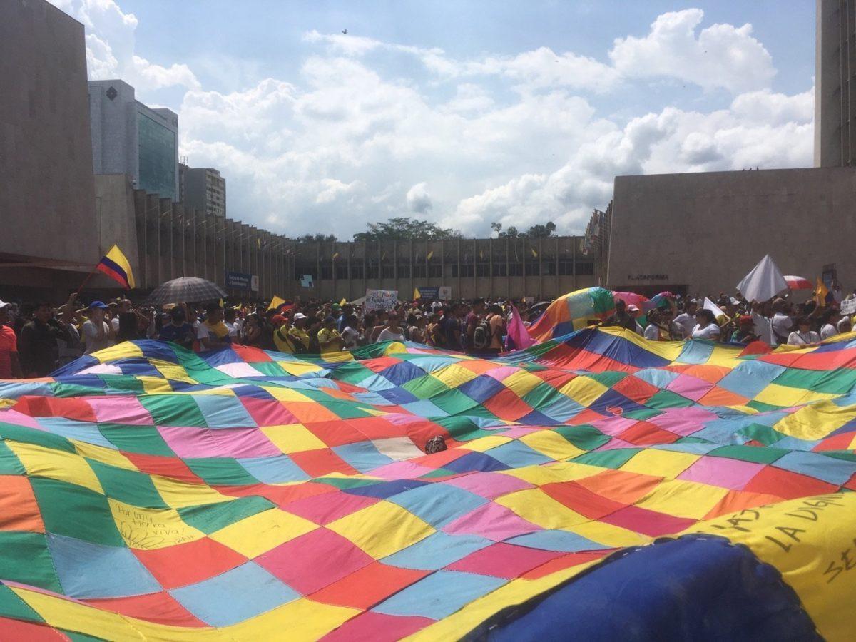 Colombia amanece paralizada, miles de personas se declaran en paro